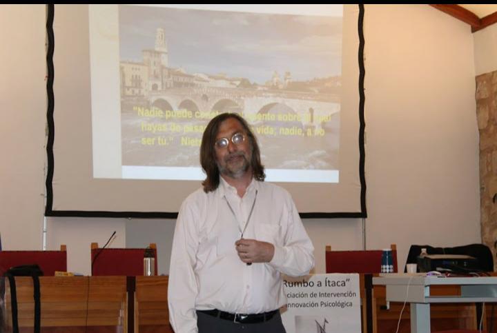 Psicólogo en Málaga hablando en un congreso